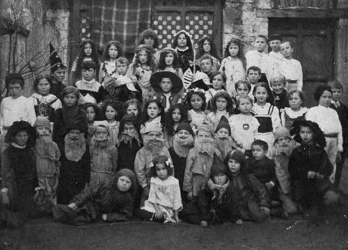 děti veškole hrají divadlo - 1928
